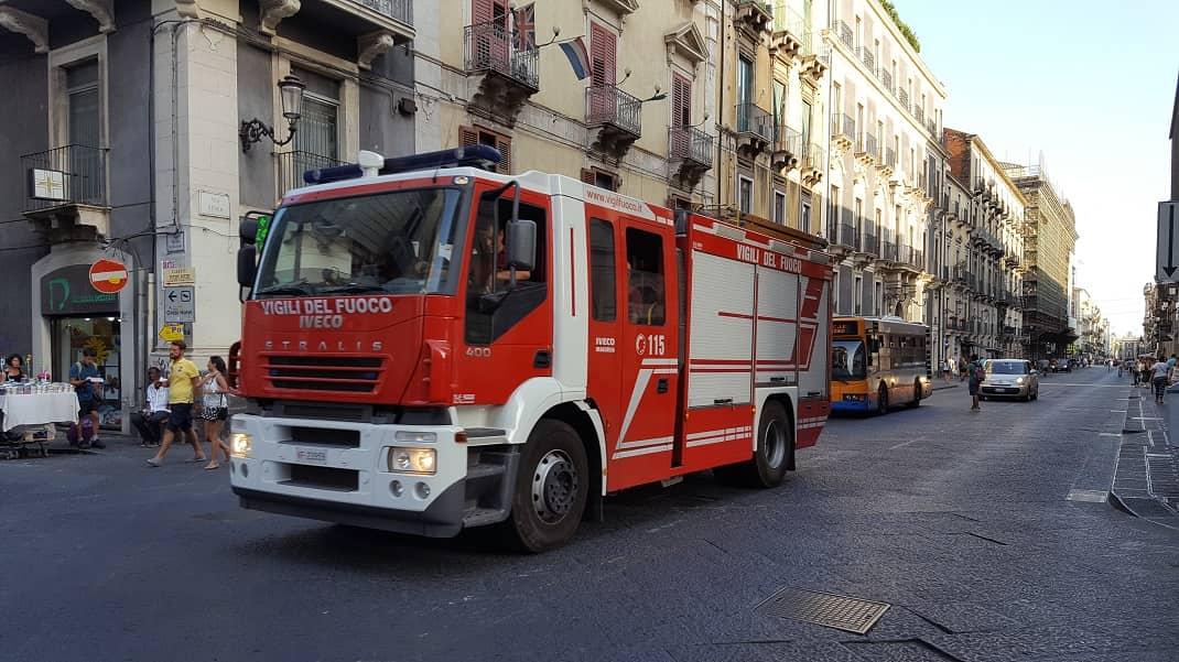 Catania. Incendio un palazzo ottocentesco in via santa Maddalena