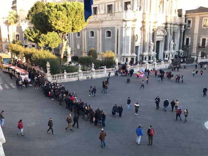 fila piazza Duomo per Sacello S. Agata
