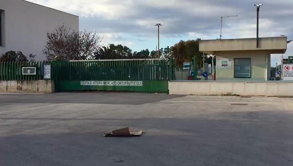 Attentato incendiario al mercato ortofrutticolo di Vittoria, camionista è grave all'ospedale