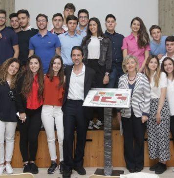 Il direttore Rapisarda e la dirigente Chisari con gli studenti della quarta H del liceo Galileo Galilei di Catania
