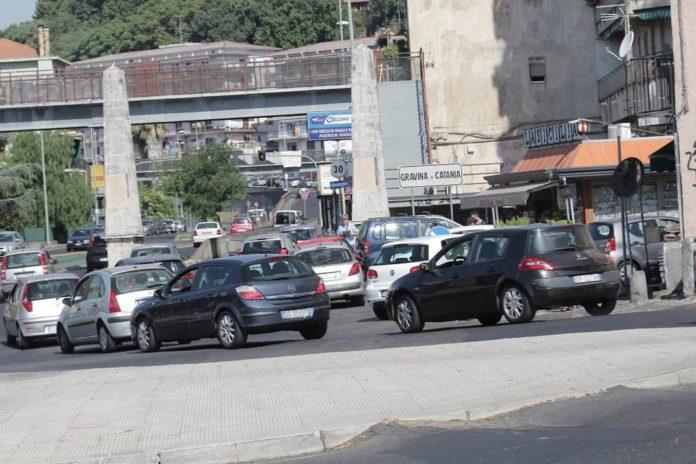 traffico largo catanzaro, due obelischi