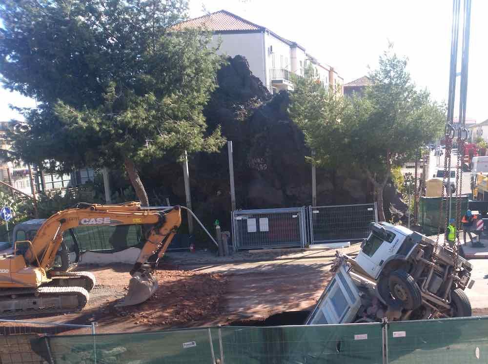 Camion dentro una voragine: chiusa circonvallazione di Catania