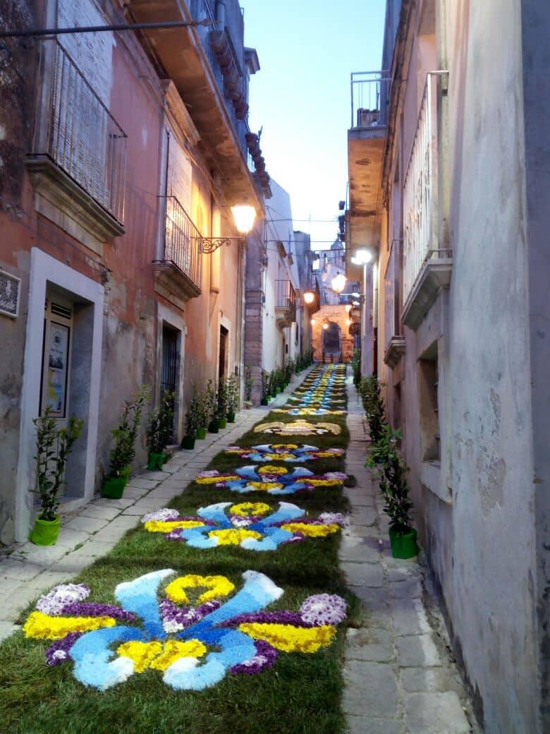 Lavoro A Chiaramonte Gulfi un'infiorata per valorizzare il centro storico di